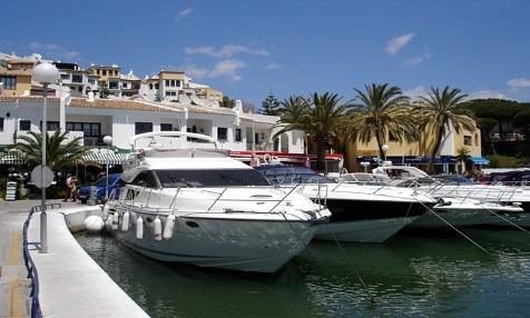 Im Hafen von Puerto Banus reihen sich die Luxus-Jachten aneinander.